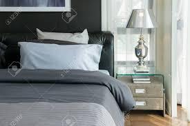 Luxus Lampe Und Bücher Auf Dem Nachttisch Im Schlafzimmer