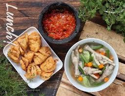 Ada banyak sekali resep bumbu sayur sop yang menggugah selera, mulai yang hanya memakai bahan sayur saja hingga yang mencampurkan daging ayam, daging sapi atau bahkan kambing. 5 Resep Sop Ceker Terenak Kuahnya Segar Dan Sehat Untuk Tubuh