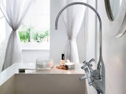 Pavimento Scuro Bagno : Come rendere più spazioso un bagno piccolo