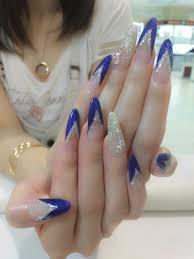 上品清楚な指先に青をつかったフレンチネイルを雰囲気別に紹介します