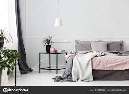 Grau Und Rosa Schlafzimmer Innenraum Stockfoto Photographeeeu