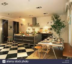 Schwarz + Weiß Schachbrett Bodenbelag In Große, Moderne Küche Esszimmer Mit  Hockern An Einfachen Tisch Für Das Abendessen
