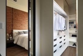 modelo de quarto pequeno com closet com parede revestida de madeira foto heypik