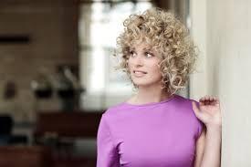 Haar Trends 2018 Ami Kappers Blond Krullen Roze Speels Dromerig