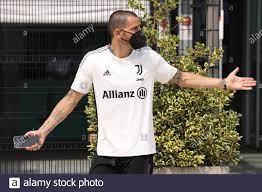 Turin, Italien, 3. August 2021. Leonardo Bonucci von Juventus zeigt den  Fans seine Gesten, als er das J Medical Center in Turin verlässt.  Bilddatum: 3. August 2021. Bildnachweis sollte lauten: Jonathan  Moscrop/Sportimage