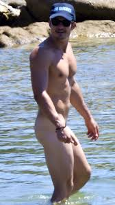 OMG he s naked Orlando Bloom on a paddle board omg blog.