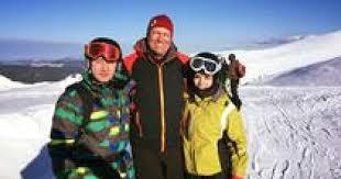 Klaus Iohannis a plecat în Munții Șureanu să schieze, acolo unde s-a fotografiat cu turiștii. Protestatarii l-au criticat dur pentru gestul său | B1.ro