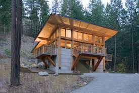 site should look like it s part of the hill not on top of the hill says tom lenchek aia of balance associates in seattle this cabin is nestled into