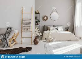 Schlafzimmerinnenraum Des Offenen Raumes Mit Fenster Mit Vorhängen