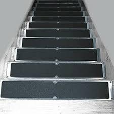 Unsere treppenfolie besteht aus hochwertigem kunststoff mit einer geprägten, rutschhemmenden oberflächenstruktur. Stufenmatten Antirutschplatten Und Antirutschbander Fur Treppenstufen Matten Zuschnitt At