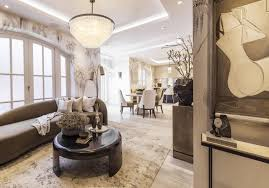 HOLIDAY HOUSE LONDON - YOUR PERSONAL TOUR - GIRL ABOUT HOUSE