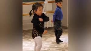 Bé gái nhảy dance có biểu cảm siêu hài hước khiến dân tình không thể rời mắt
