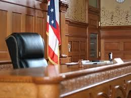 Судья приговорил женщину к двухдневному ношению таблички о том  Судья Пинки Карр из Кливленда вынес необычный приговор женщине которая объехала на своем транспортном средстве школьный автобус с детьми по пешеходному