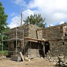 après des recherches infructueuses les propriéres ont choisi de faire construire leur maison dite de tisserand au sein même d une agglomération