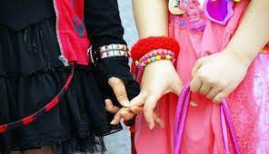 Cute Couple Holding Hands - 1366x786 ...