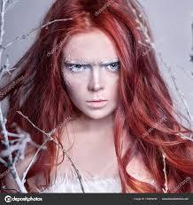 Zrzka Dívka S Dlouhými Vlasy Tvář Pokryté Sněhem S Mrazem Bílé