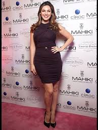 The dress featured a plunging neckline that gathered at her fitted waist. Kelly Brook Wears Figure Fitting Dress Kelly Brook S Celebrity Style