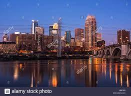 Minneapolis Skyline in der Morgendämmerung mit den Mississippi River in den  Vordergrund Stockfotografie - Alamy