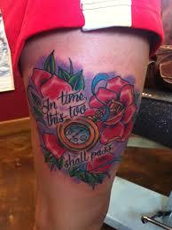 тату на бедрах девушки часы розы и надпись фото рисунки эскизы