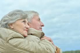 День пожилых людей какого числа и как отмечают Седые пожилые люди обнялись