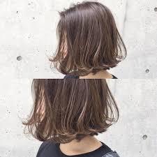大人カジュアル 前下がりの切りっぱなしボブに 毛先だけさりげない動きを