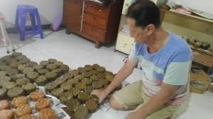 Bungkus irisan kue dengan daun pisang. Mengintip Kue Keranjang Berbalut Daun Pisang Di Semarang Kumparan Com