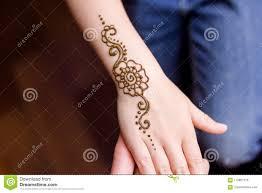 Mano Di Piccola Ragazza Che è Decorata Con Il Tatuaggio Di Mehendi
