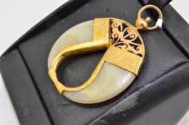 9 carat gold double lions claw pendant