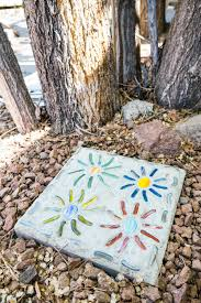 learn how to make mosaic stepping stones that are a super simple garden craft from aleenes these types of mosaic ideas are fun to do with the kids too