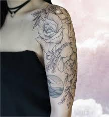 татуировка черные цветы розы и пионы графика випшейдинг плечо