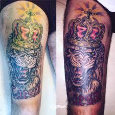 фото татуировки лев с короной в стиле традишнл татуировки на бедре