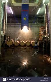 El iva hall con tanques de fermentación de acero inoxidable y símbolos  solares. Barricas de roble y un pabellón de Romanin. Chateau Romanin, Saint  Remy de Provence, Bouches du Rhône, Provence, Francia,