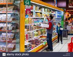 MADRID, SPAIN - 26 MARCH, 2018: Large food supermarket with customers and  products and staff Stock Photo - Alamy