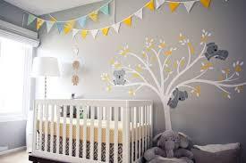 peinture murale en gris avec une déco murale pour la chambre de bébé
