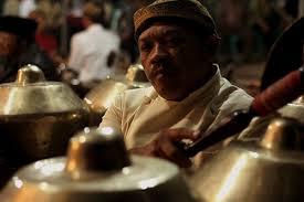 Berawal dari rengekan seorang bocah berusia 9 tahun yang memohon kepada ayahnya untuk dibuatkan sebuah alat musik gamelan. Gamelan Seperangkat Instrumen Musik Karawitan