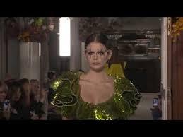 Défilé <b>Valentino</b> haute couture printemps-<b>été</b> 2019 - YouTube