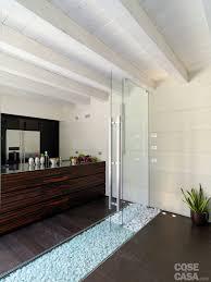 Una casa con un patio centrale che illumina e collega cose di casa