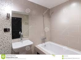 Modernes Badezimmer Mit Einer Dusche Und Einer Badewanne Stockfoto