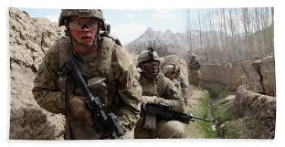 Us Army Platoon U S Army Platoon Moves In Behind Mud Hand Towel