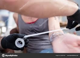 Detail Zabalené Předloktí Mladé ženy Po Získání Nové Tetování