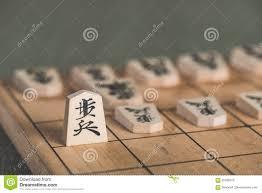 Lo más fascinante, es que las piezas capturadas pueden utilizarse de nuevo por el jugador que las captura, como resultado, una partida de shogi adquiere muchas más posibilidades estratégicas y lo hace muy divertido. Juegos De Mesa Japoneses De La Estrategia Del Ajedrez En Japon Foto De Archivo Imagen De Ataque Estudio 93786372