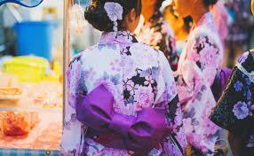 お祭りの屋台と浴衣少女無料の写真素材はフリー素材のぱくたそ