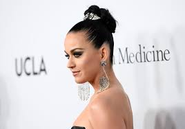 katy perry s chandelier earrings look rather painful