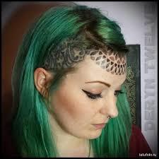впеменная татуировка на голове девушки Tatufotocom