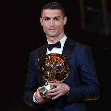كرة القدم: كريستيانو رونالدو يفوز بالكرة الذهبية للمرة الخامسة ويعادل رقم  غريمه ميسي