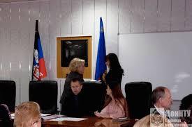 Успешная защита кандидатской диссертации Донецкий национальный  Ректор ДонНУ С В Беспалова вручает диплом кандидата наук А В Боднар