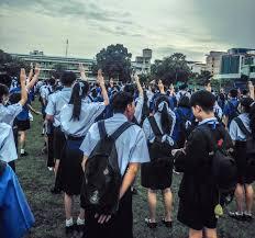 """พล.อ.ประวิตร เผยว่านักเรียนมัธยม ชู 3 นิ้ว """"….คิดว่าคงเป็น ลูกเสือ""""  แสดงสัญลักษณ์ หน้าเสาธง"""