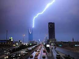 أثناء أمطار الرياض.. رواد تويتر يدعون: اللهم أغسل الأرض من الوباء