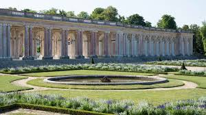 heavily influenced by italian architecture the palace is set over a single y flanked by a courtyard on one side and gardens on the other