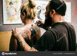 картинки девушек со спины процесс создания тату на спине девушки